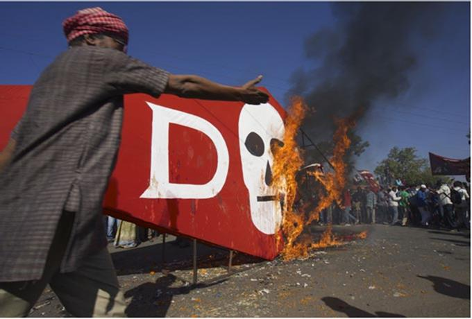Dow-logo-in-flames-at-Bhopal-protest-thanks-to-Colin-Toogood